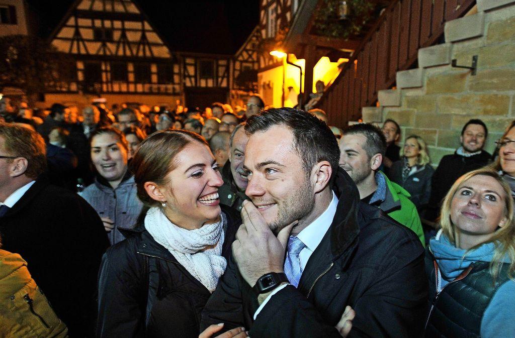 Thomas Winterhalter und seine Ehefrau Lisa können ihr Glück  kaum fassen. Auf dem  Marktplatz sind sie umringt von Bürgern, die sich mit ihnen freuen. Foto: Werner Kuhnle