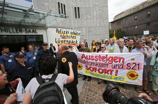 Demonstranten empfangen Tagungsteilnehmer des Atomforums in Stuttgart. Foto: Zweygarth