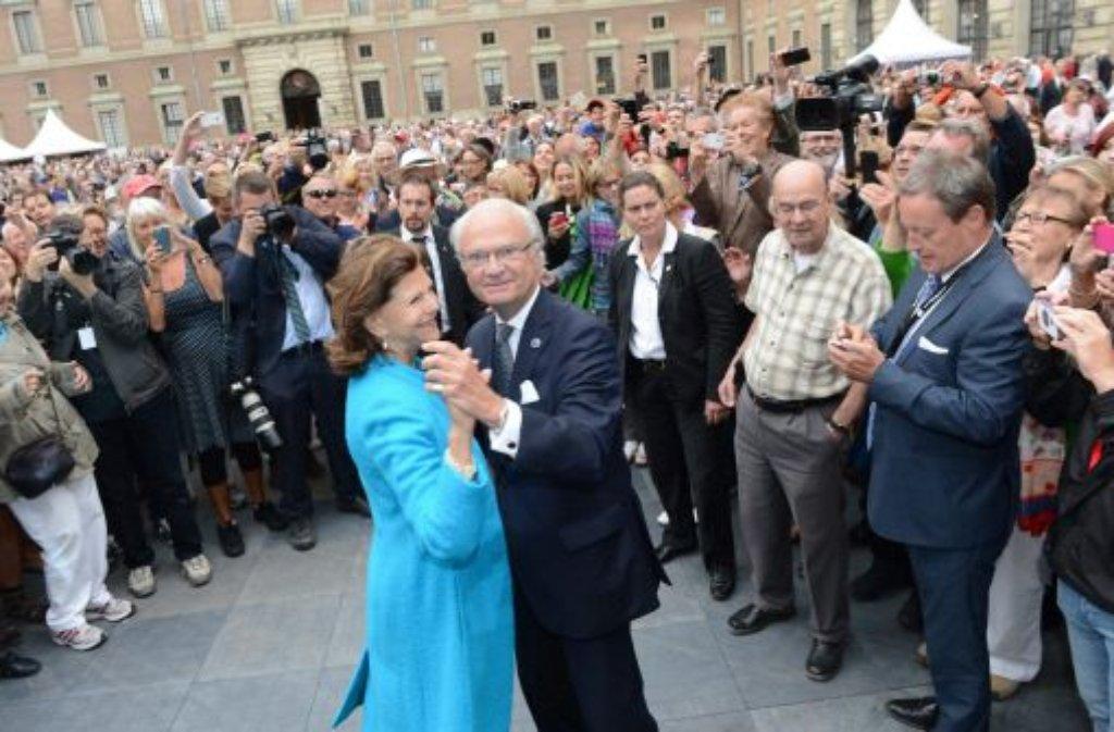 Ein Tänzchen zum Thronjubiläum: Schwedens König Carl Gustaf und Königin Silvia Foto: dpa