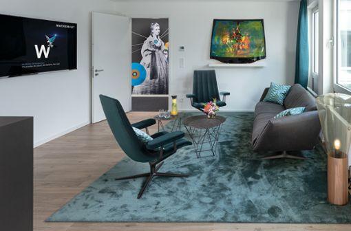"""Möbel von Walter Knoll wie das elegante """"Bundle"""" Sofa und die legendären """"Healey Lounge"""" Sessel stehen für Qualität, Handwerk und Innovation """"Made in Germany"""". Die handgefertigten Charakterstücke harmonieren so in angemessener Weise mit den Automobilen von Mercedes-Benz."""