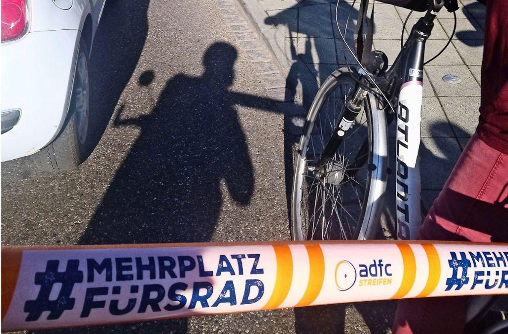 """""""Mehr Platz fürs Rad"""":  Poolnudeln auf dem Gepäckträger sorgen für den nötigen Abstand bei der Radl-Fahrt. Foto: Radl/Werbke"""