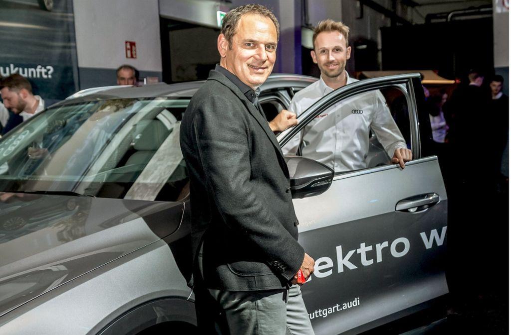 Hans-Jürgen Abt (vorn) und René Rast am neuen e-Tron Foto: Lichtgut/Julian Rettig