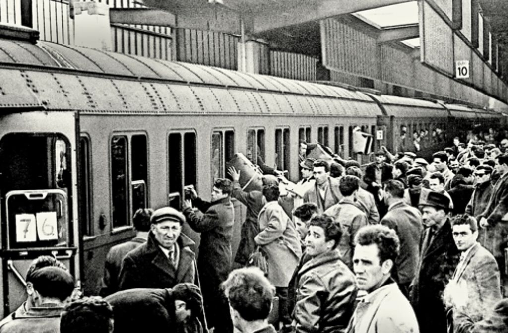 Ein Bild vom Stuttgarter Hauptbahnhof aus dem Jahr 1961 – die italienischen Gastarbeiter kamen mit dem Zug. Foto: dpa