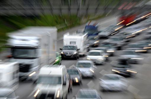 Faustschlag durch geöffnetes Autofenster