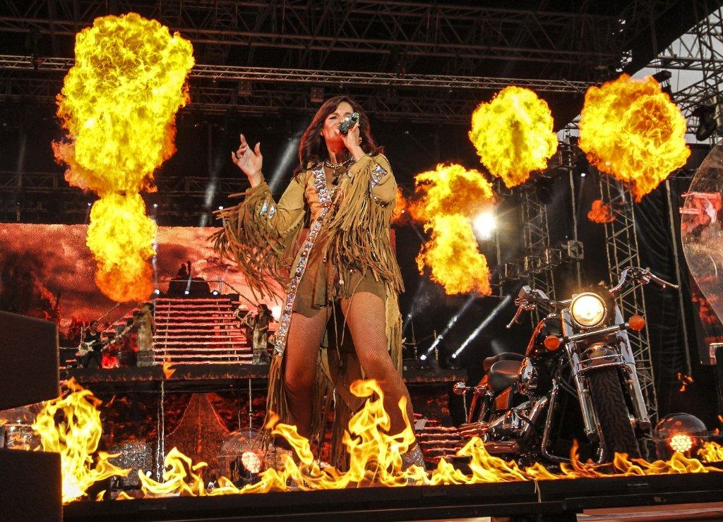 Heiß, heißer, Andrea Berg: Mit Feuerstuhl und Pyro-Show heizt sie bei ihrem Heimspiel-Open-Air 2015 den Fans in Aspach ein. Wir werfen einen Blick zurück auf die vergangenen Heimspiele. Foto: www.7aktuell.de   Andreas Friedrichs