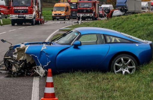 Sportwagen-Fahrer überholt und prallt frontal auf Smart