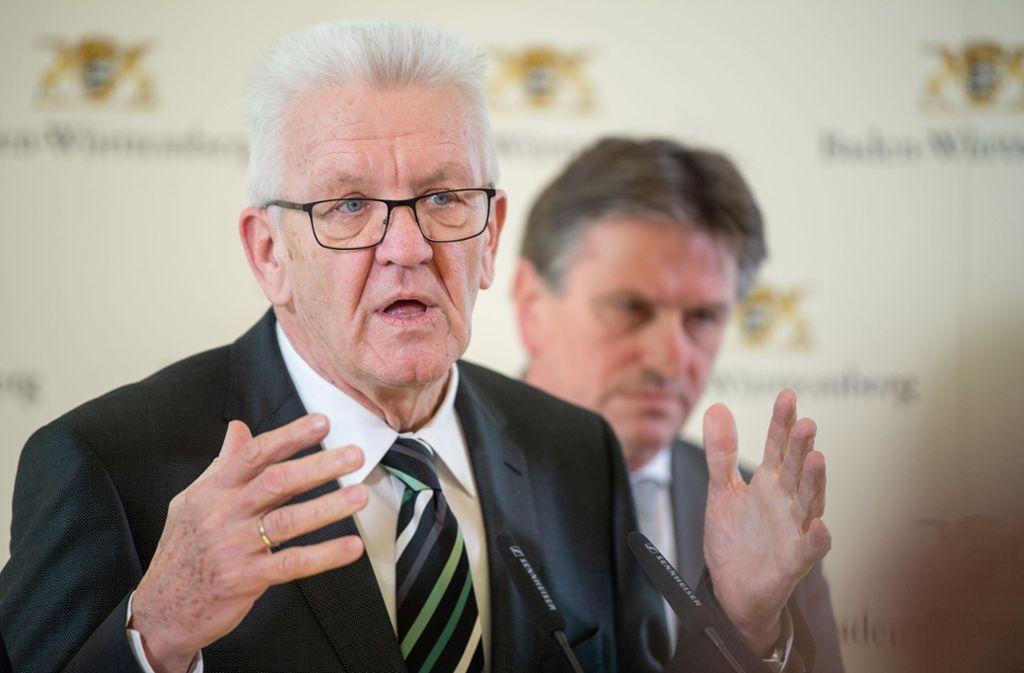 Winfried Kretschmann und Manfred Lucha bei  einer Pressekonferenz. Foto: picture alliance/dpa/Sebastian Gollnow