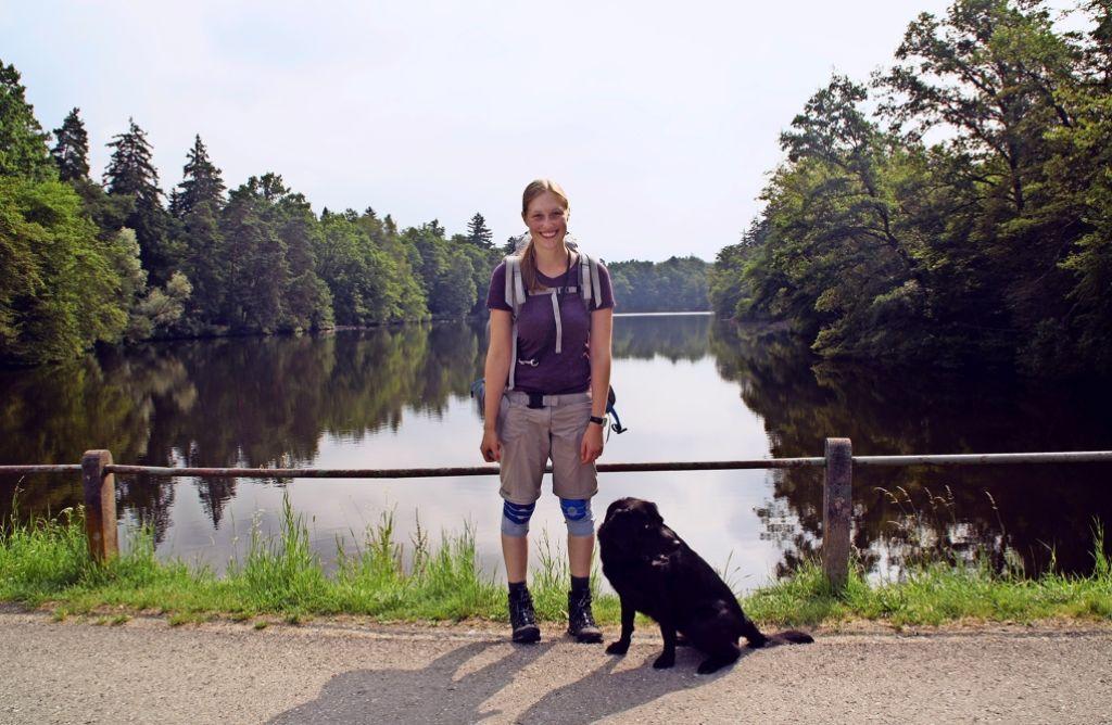 Lisa Huzel und ihre Hündin Emma auf dem Weg nach Norden. Foto: Waltraud Daniela Engel
