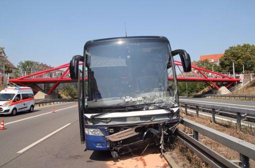Geisterfahrerin rammt Reisebus mit Fußball-Nachwuchsmannschaft