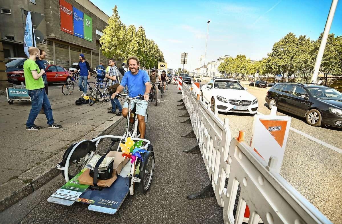 Radler demonstrieren in Stuttgart für mehr Radverkehr. Foto: