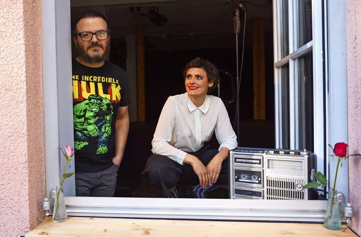 Sandra Hartmann und Oliver Prechtl am Fenster des Theaters Foto: Marion Brucker