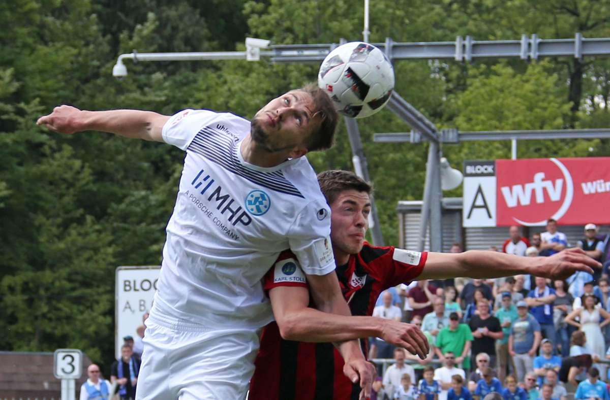 Die Stuttgarter Kickers kämpfen um den Einzug ins WFV-Pokal-Finale, in dem sie letztmals 2017 standen. Auf dem Bild duellieren  sich Mijo Tunjic (li.) und Dorfmerkingens Nicolai Sauer. Foto: Baumann