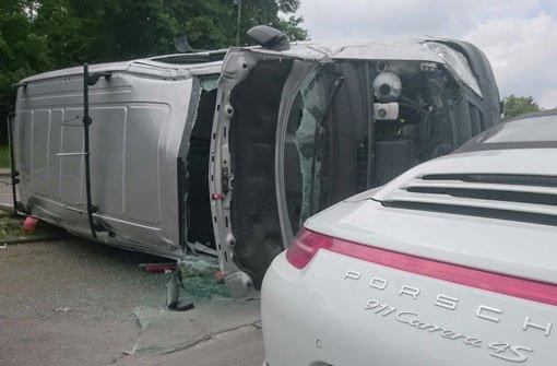 Transporter kippt bei Unfall um