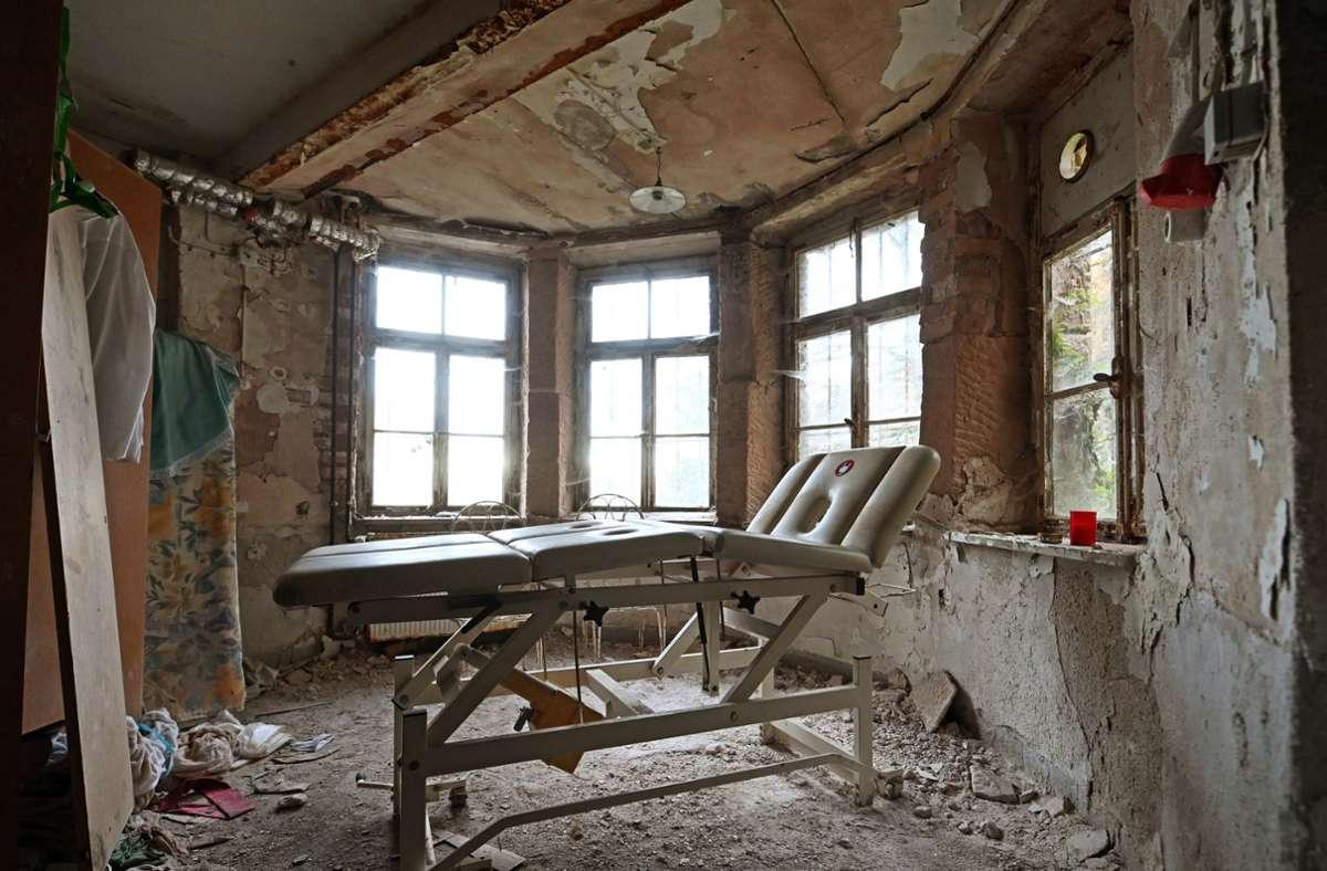 In einem Raum des ehemaligen Grandhotel Waldlust, das zu den sogenannten Lost Places gehört, steht eine Massageliege. Foto: dpa/Uli Deck