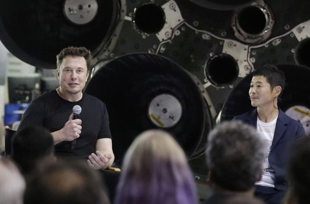 Elon Musk (links) will den japanischen Milliardär Yusaku Maezawa auf den Mond fliegen lassen. Foto: AP