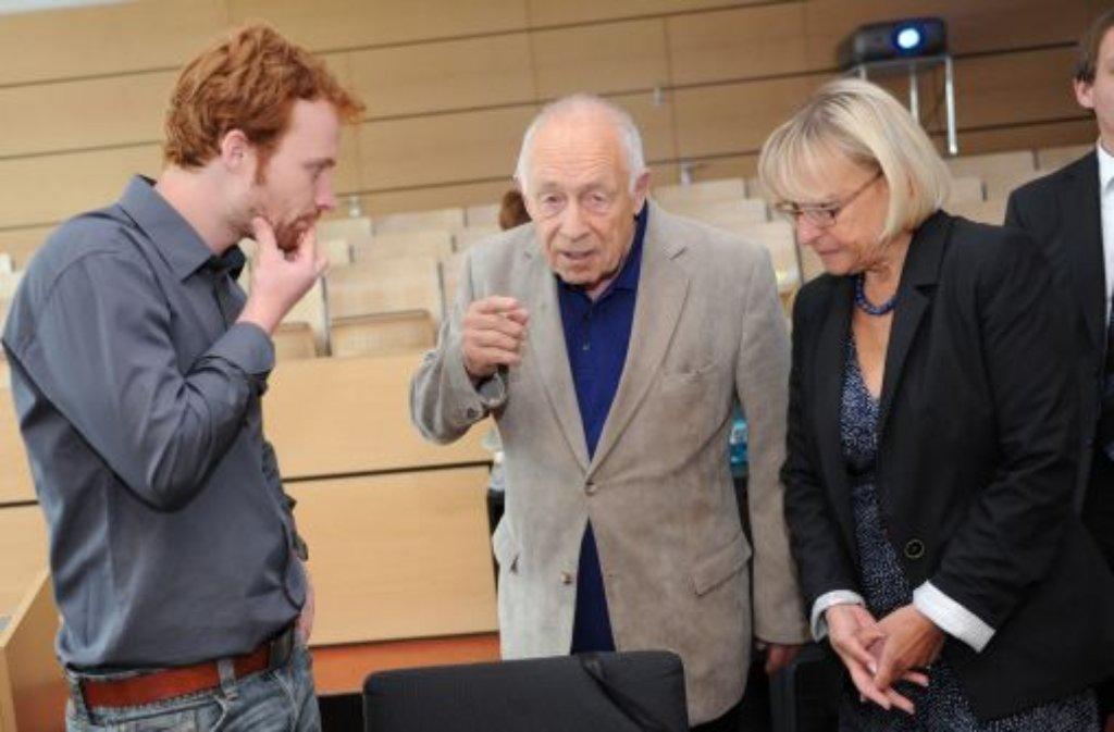 Schlichter Heiner Geißler bei einem Gespräch mit Stadtrat Hannes Rockenbauch (l.) und Brigitte Dahlbender (r.) Foto: dpa