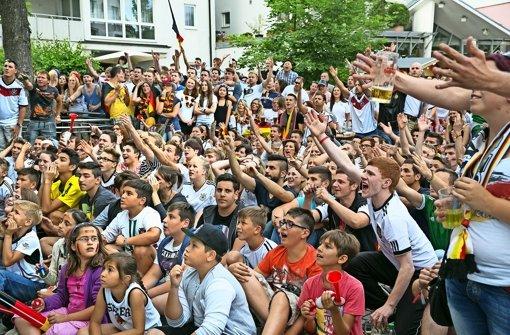 Bester Stimmung waren die Fans am 18. Juni 2014 beim 4:0 Sieg Deutschlands gegen Portugal.So wie hier bei der Weltmeisterschaft soll es auch in diesem Jahr    zur Europameisterschaft auf dem Wernauer Stadtplatz wieder ein Public Viewing geben Foto: Horst Rudel