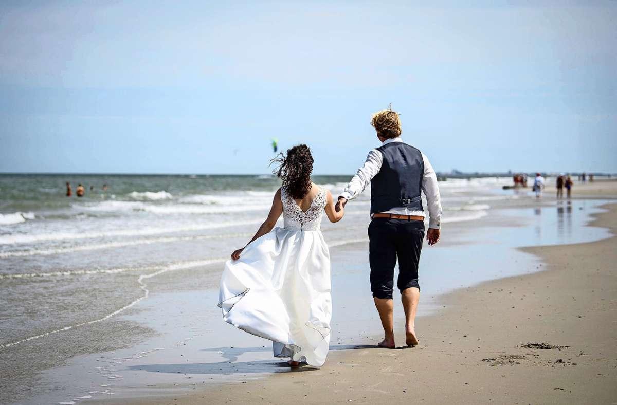 Am besten nur zu zweit und draußen – diese Faustregel gilt in diesem Jahr für Hochzeitspaare. Foto: dpa/Matthias Balk