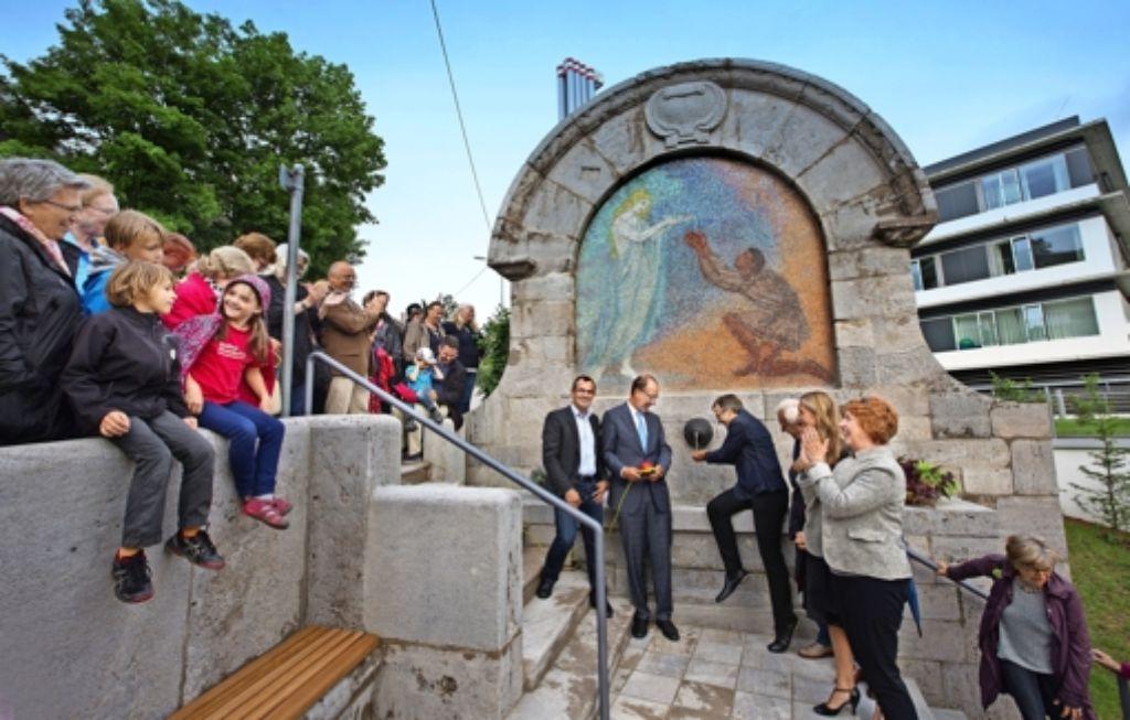 Vor dem Brunnen stehen Jürgen Mutz, Ralf-Michael Schmitz, Werner Wölfle, der Wasser schöpft, sowie rechts Veronika Kienzle und Sabine Mezger. Foto: Lichtgut/Horst Rudel