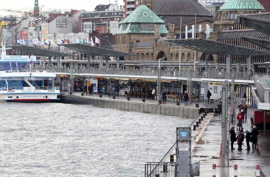 An den Landungsbrücken von Hamburg verliert sich die Spur des HSV-Managers Timo Kraus. Foto: dpa
