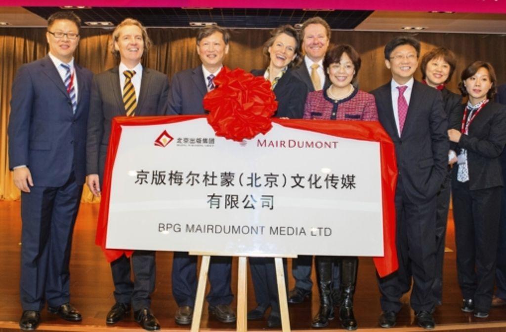 Mitarbeiter von Mairdumont (rechts der Schleife Stephanie Mair-Huydts), der Beijing Publishing Group und des gemeinsamen Joint-Ventures feiern den Start. Foto: Mairdumont