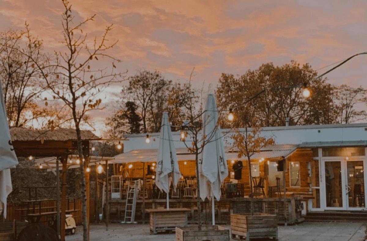 Die Sonne lockt nach draußen: Diese Gastronomien haben ihre wunderschönen Innenhöfe und Terrassen wieder für euch geöffnet. Foto: Hallo Emil/Facebook
