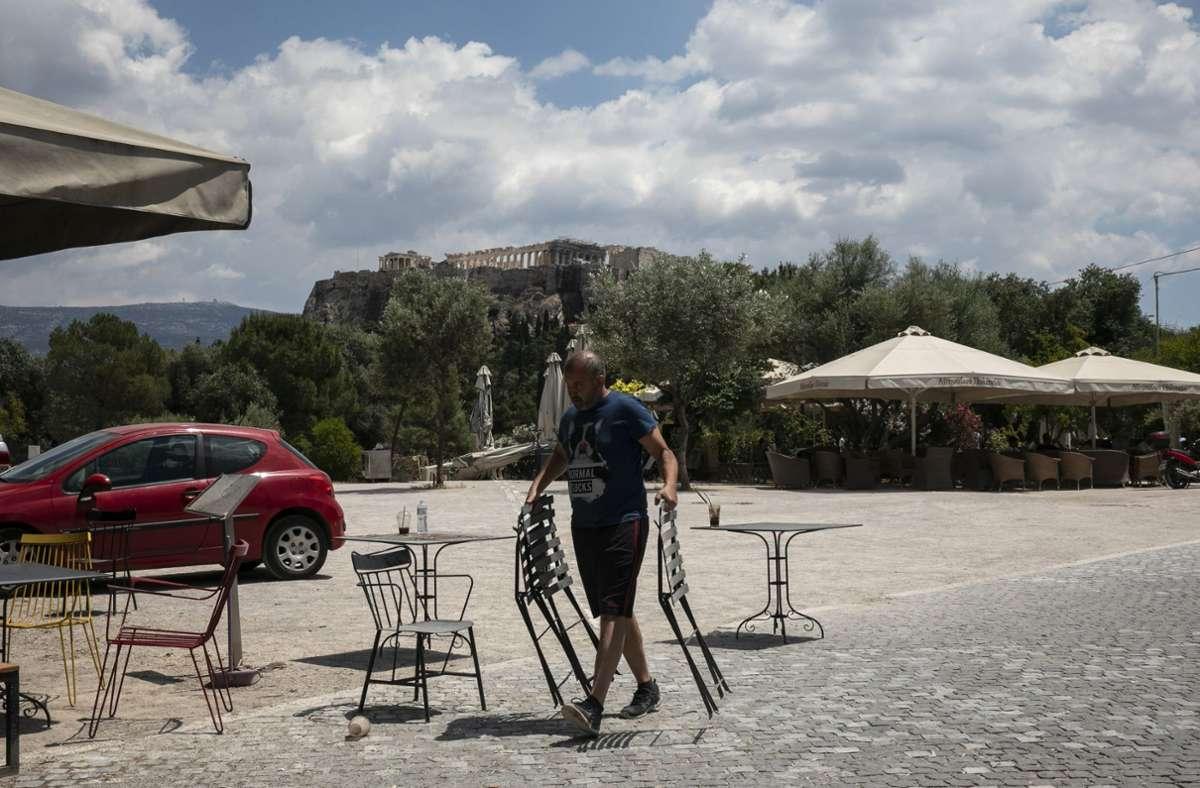 De Gastronomie in Griechenland könnte bereits in der letzten Aprilwoche ihre Außenbereiche öffnen. (Symbolbild) Foto: dpa/Yorgos Karahalis
