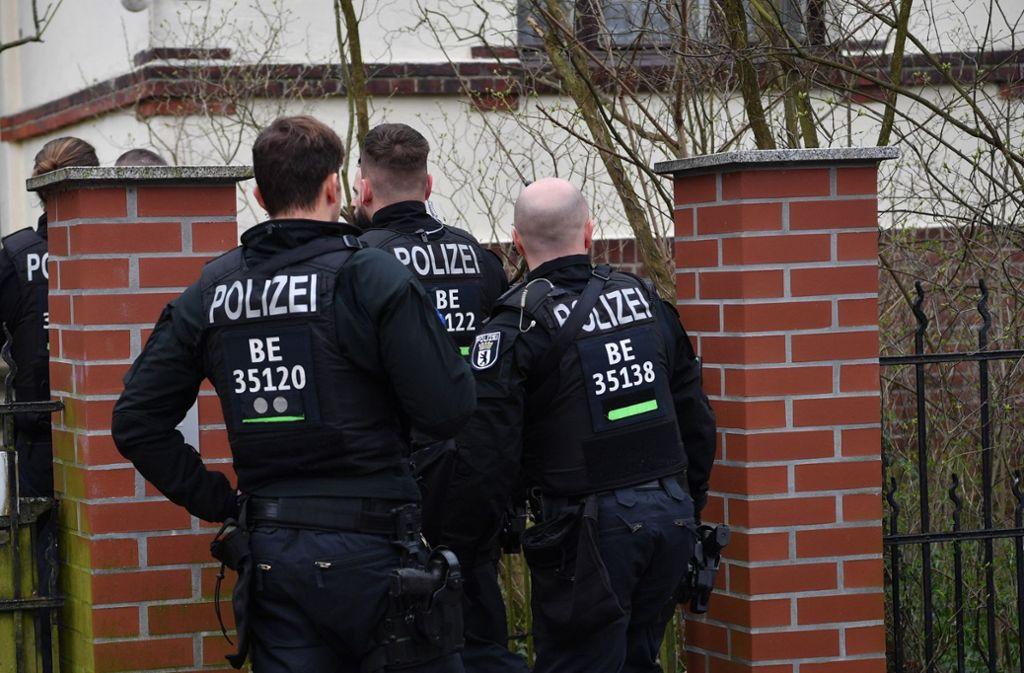 Bereits im März hatte es in mehreren deutschen Städten Razzien gegen die Reichsbürger-Szene gegeben (Archivbild). Foto: dpa/Paul Zinken