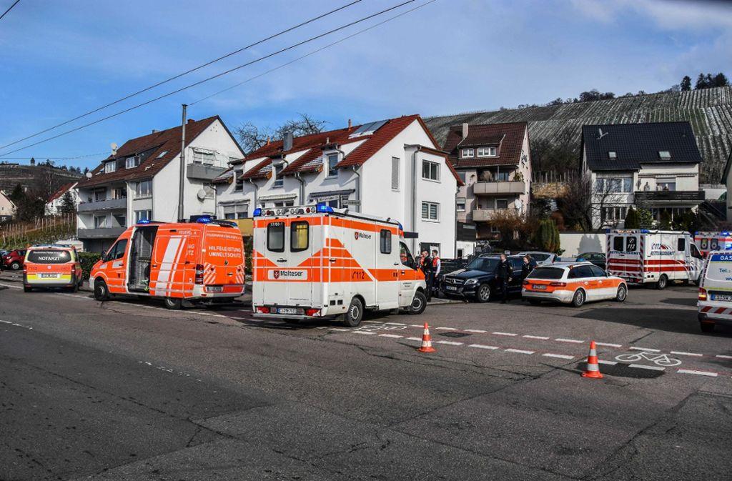 Einsatzkräfte vor dem Gebäude in Esslingen-Mettingen. Foto: SDMG