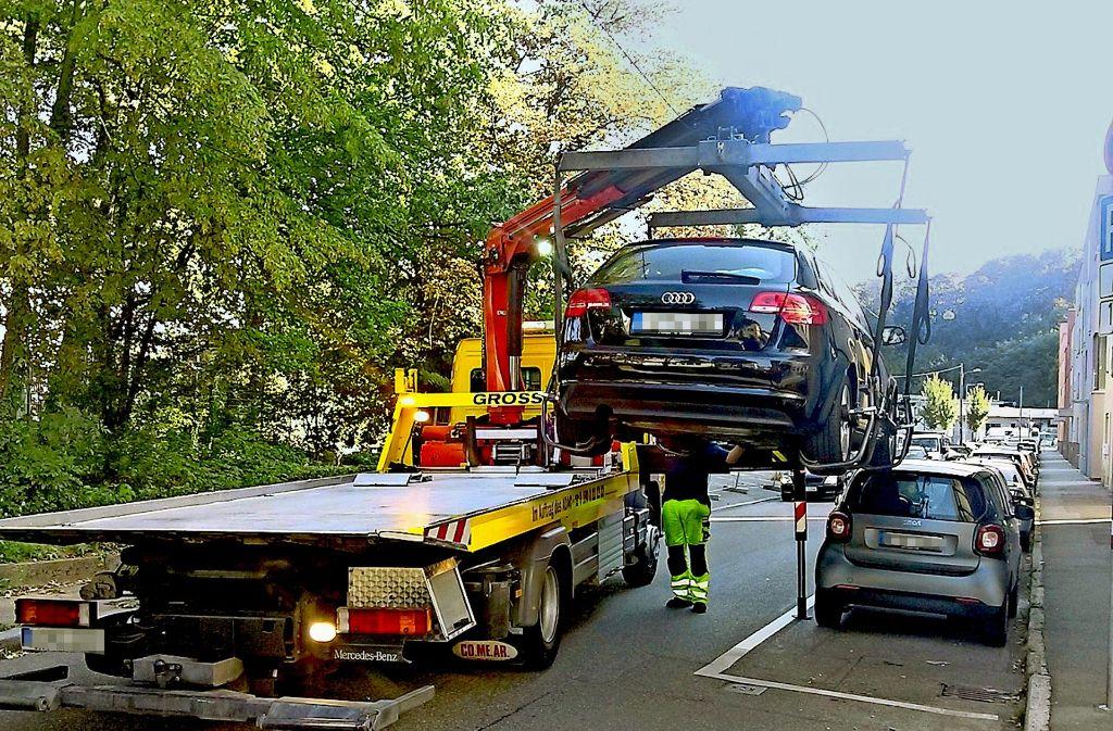 Kostenträchtige Standortveränderung:  Der schwarze Audi stand verkehrsbehindernd  im absoluten Halteverbot. Foto: Stadt Stuttgart