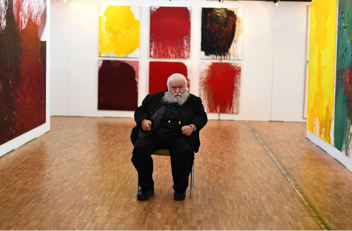 Der Künstler Hermann Nitsch vor seinen Werken. Foto: picture alliance / Patrick Seeger/dpa/Patrick Seeger
