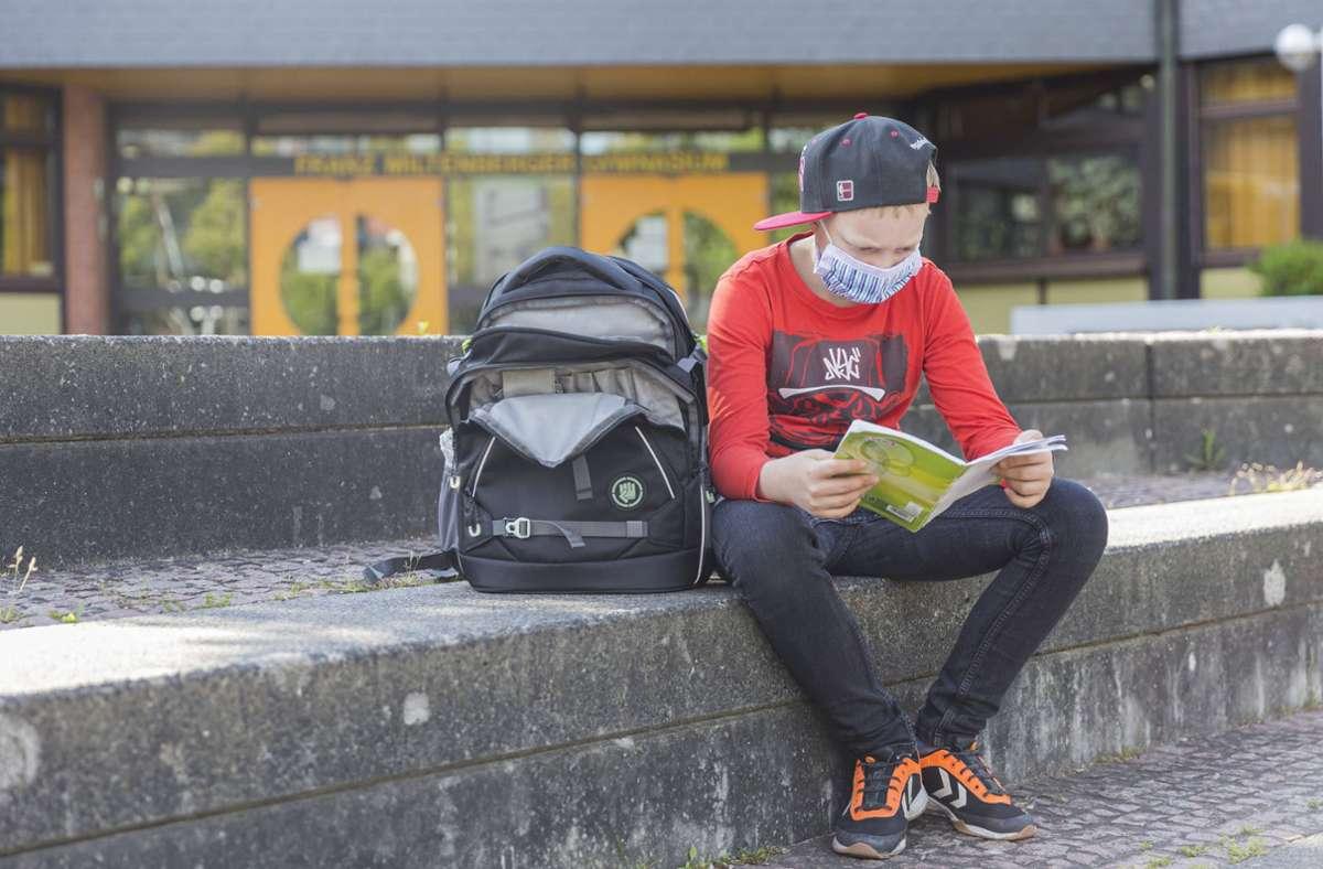 Auf Schulhöfen müssen die Kinder und Jugendlichen Masken tragen – sonst droht ein Bußgeld. Foto: imago images/MedienServiceMüller