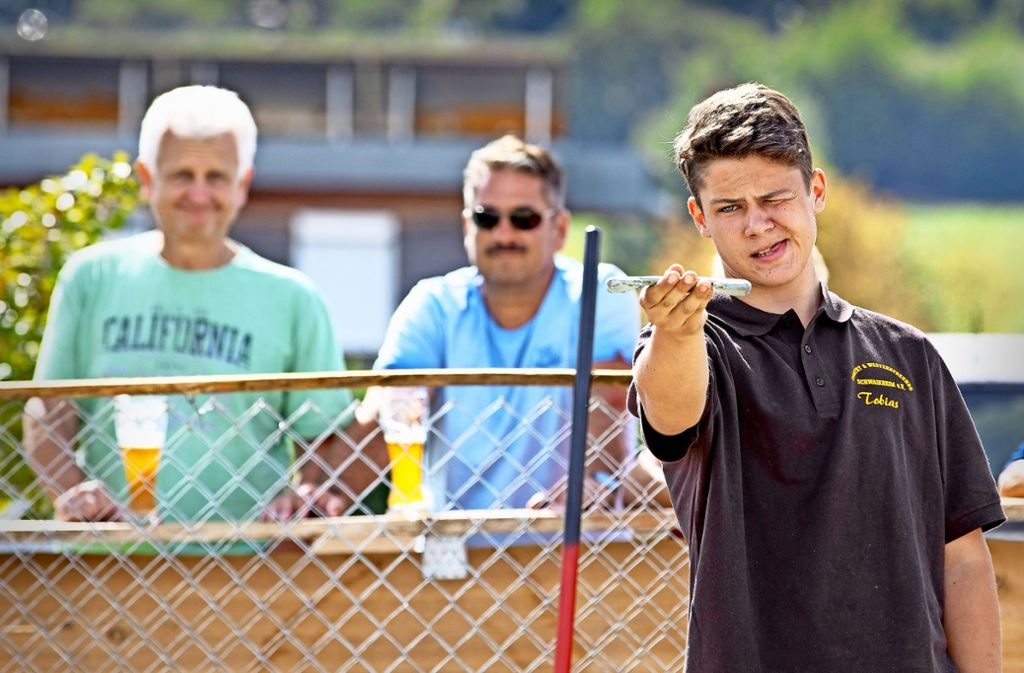 Beim Hufeisenwerfen ist höchste Konzentration gefragt. Foto: Frank Eppler