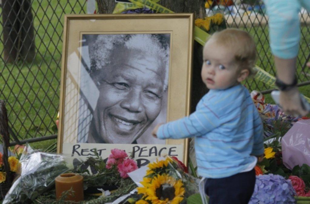 Hunderte versammelten sich in Johannesburg vor dem Haus von Nelson Mandela, um Abschied von ihrem Nationalhelden zu nehmen. Foto: dpa