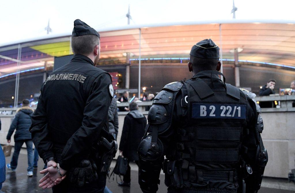 Französische Polizisten stehen vor dem Pariser Stadion Stade de France. Hier findet am 10. Juni das Eröffnungsspiel zwischen Frankreich und Rumänien statt. Foto: dpa