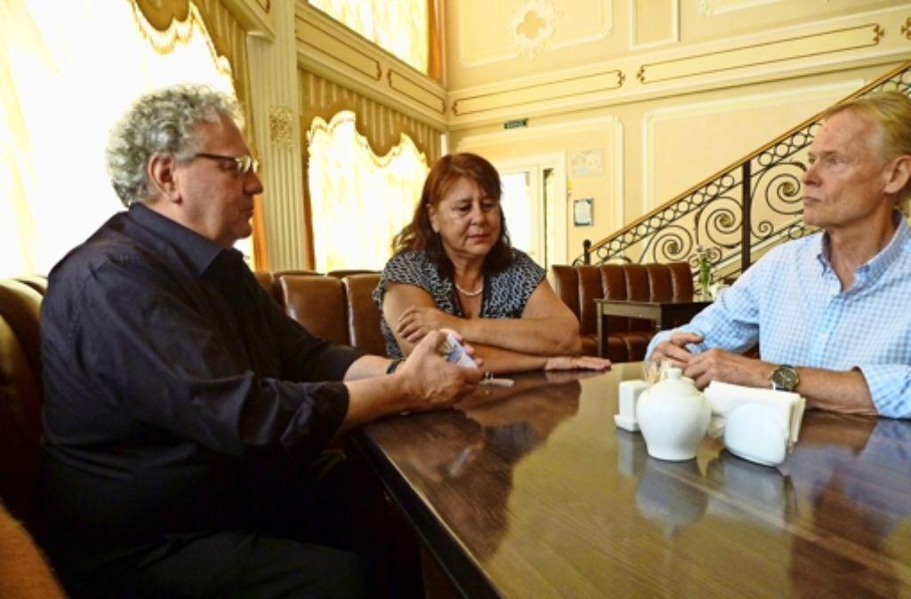 Ulrich Hebenstreit, Christine Süß und  der Alt-OB Hans Jochen Henke (von links)  beraten, wie sie auf die ständigen Terminverschiebungen reagieren sollen. Foto: privat