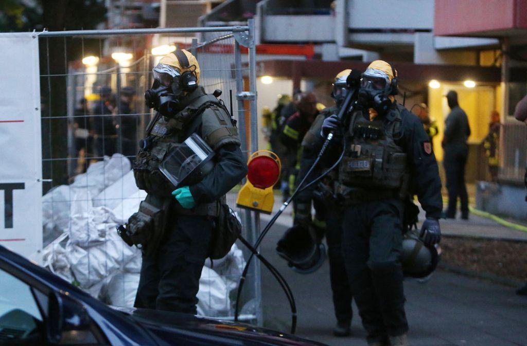 Mit Atemschutzmasken rückten Spezialkräfte in Köln an. Foto: dpa