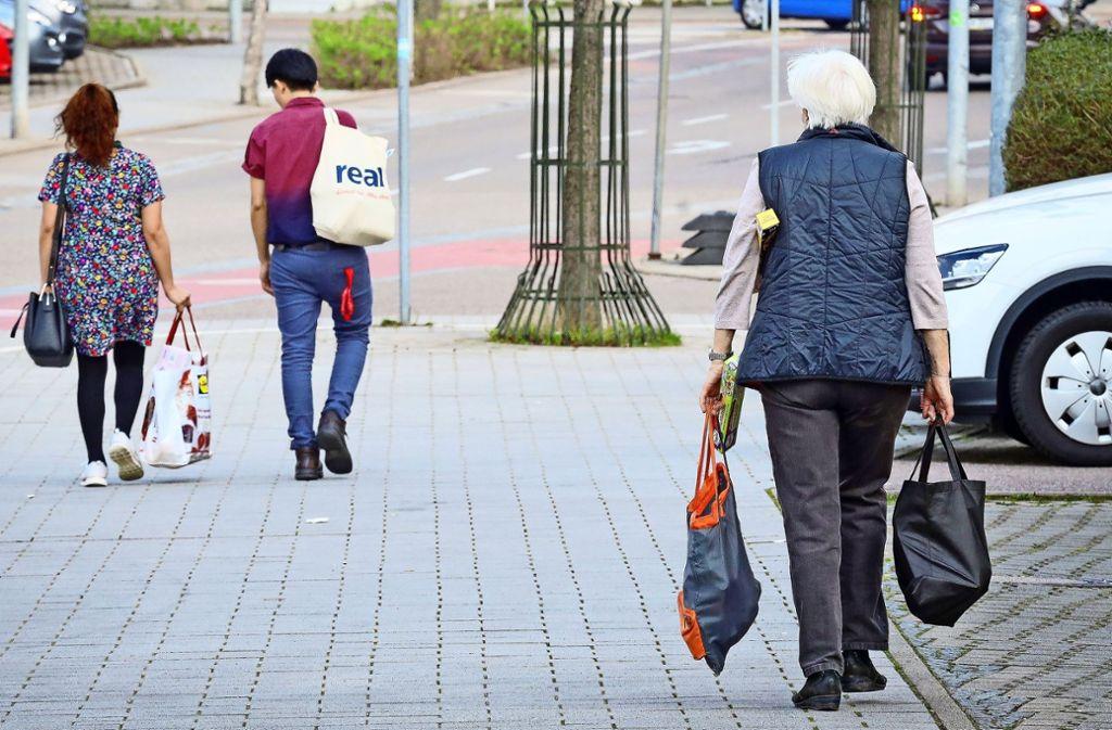 Wer  zuhause bleiben sollte, erhält Hilfe beim Einkaufen. Foto: factum/Simon Granville