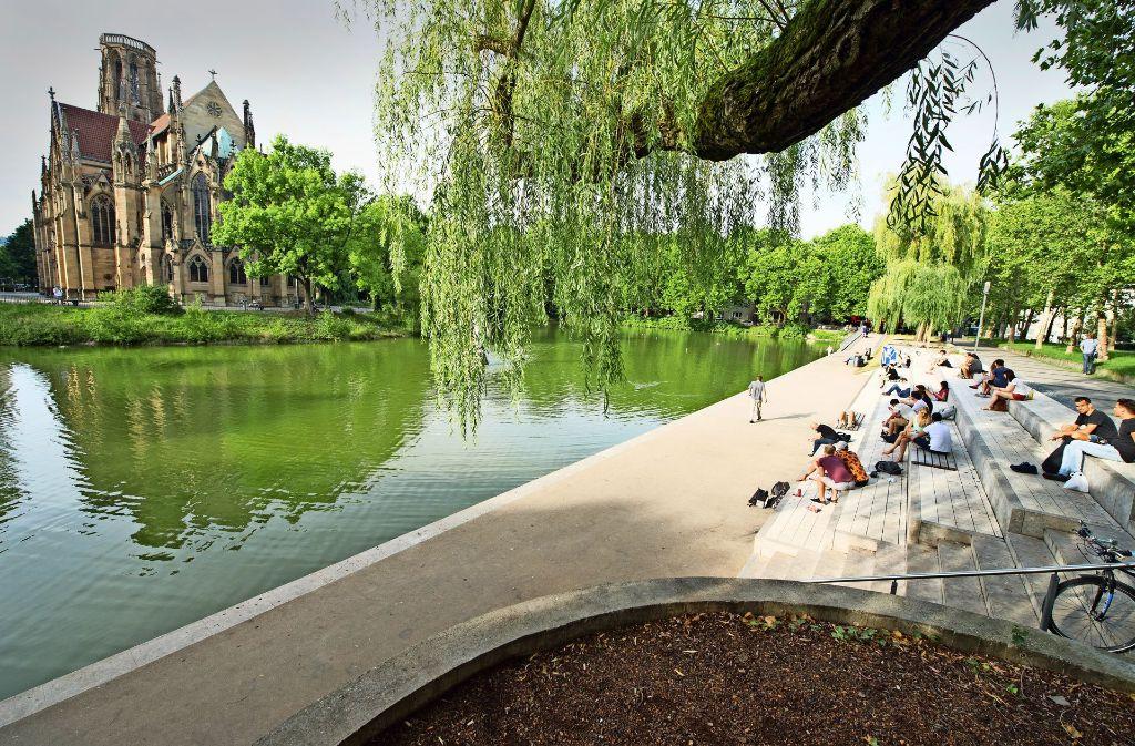 Sorgt für ein bisschen südländisches Flair im Stuttgarter Westen: das neugestaltete Ufer am Feuersee mit Freitreppe und direktem Zugang zum Wasser. Foto:Lichtgut/Oliver Willikonsky Foto:
