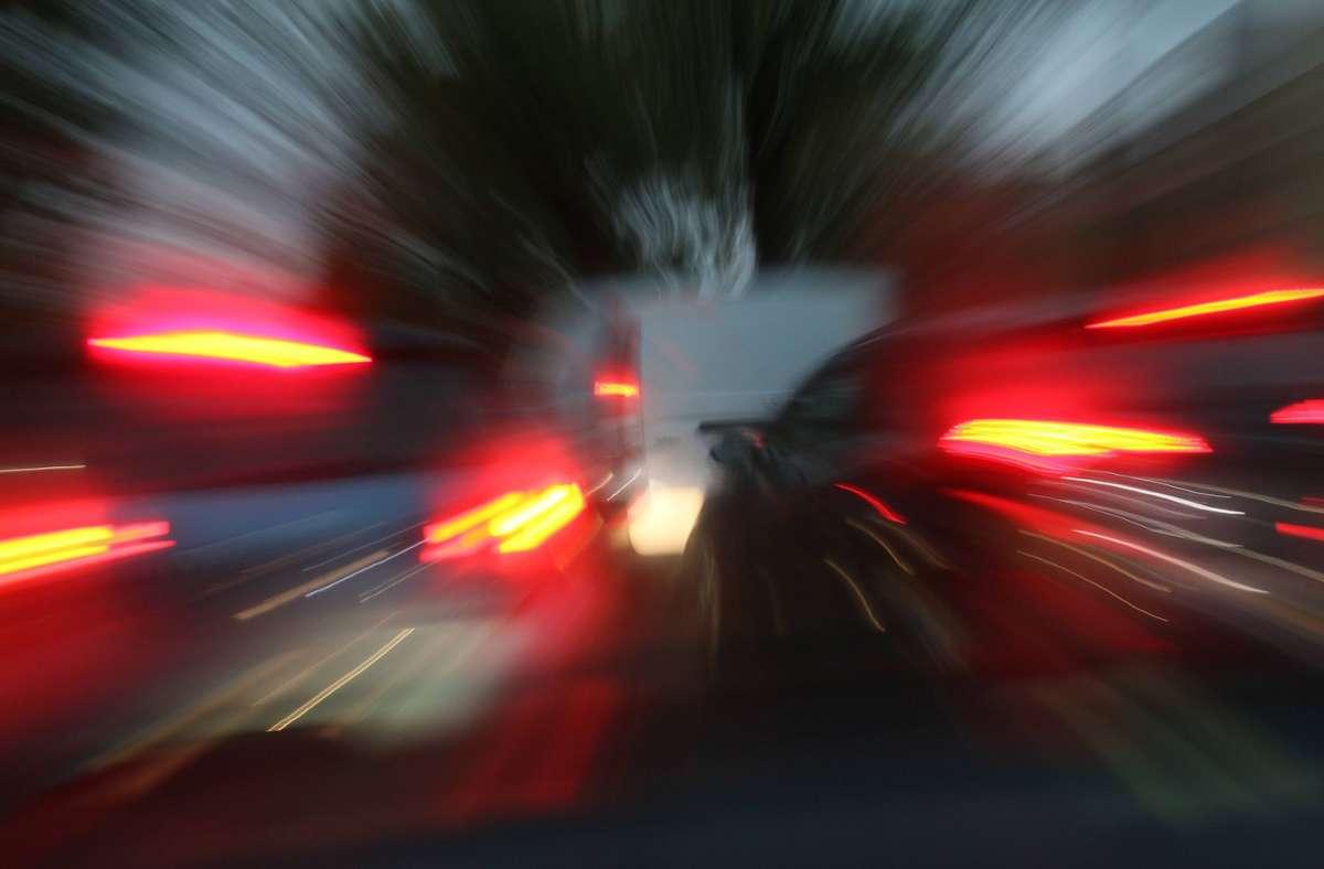 Unmittelbar vor einem Krankenwagen bremste ein VW-Golf stark ab. (Symbolfoto) Foto: imago images/Rolf Kremming