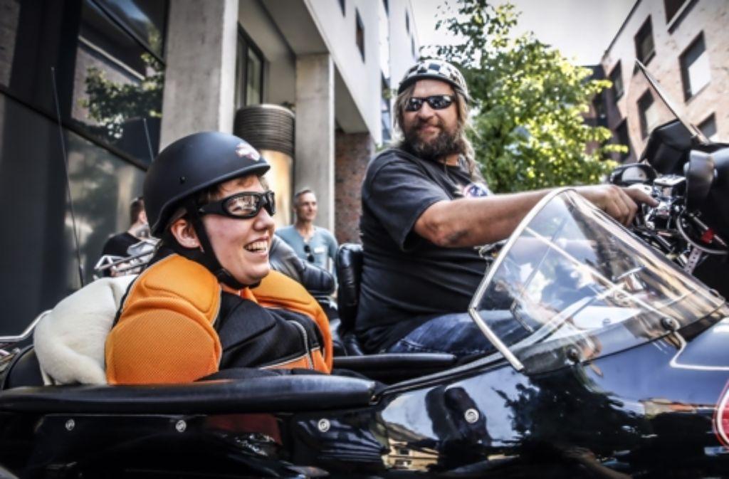 Harley-Fahrer haben Behinderte auf eine Stuttgart-Tour mitgenommen. Foto: Stoppel
