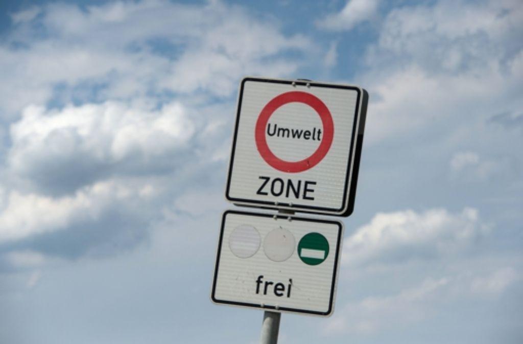 Umweltverbände fordern wegen der hohen Schadstoffbelastung der Luft in Stuttgart unter anderem Fahrverbote. Foto: dpa
