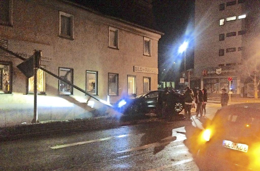 Ein Fahrer fährt die Laterne um. Die kippt auf ein Haus. Foto: priivat