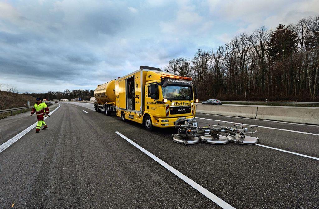 Spezialfahrzeuge müssen die Autobahn zwischen Pforzheim und Karlsruhe säubern. Foto: 7aktuell.de/Alexander Hald