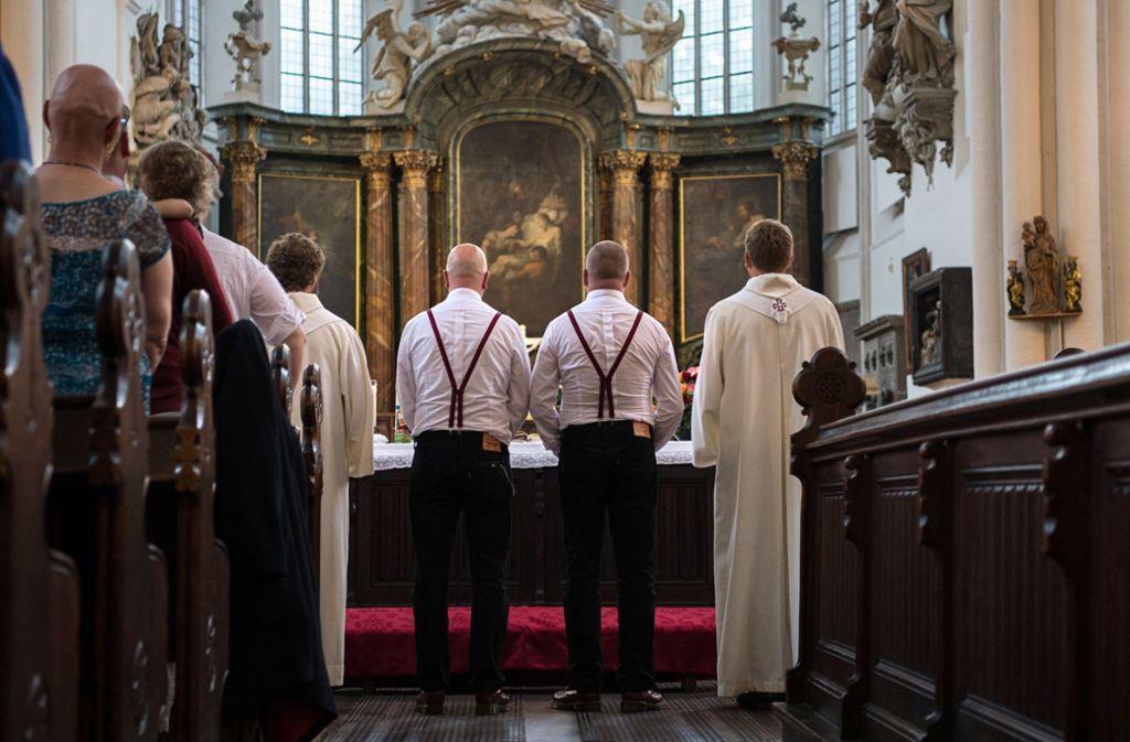 Am Sonntag tritt erstmals ein homosexuelles Paar in Baden-Württemberg vor den Kirchenaltar. (Symbolbild) Foto: picture alliance/dpa/Wolfram Kastl