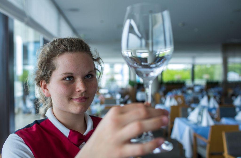 Auch die Gastronomie sucht Bewerber für Ferienjobs. Bei der Arbeit geht es nicht nur ums Bedienen und Kochen. Auch für saubere Gläser muss gesorgt werden. Foto: dpa