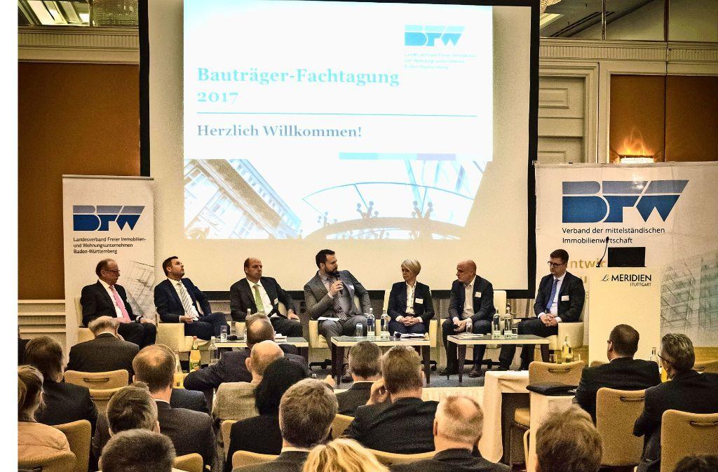 Zum Abschluss der Tagung fand eine Podiumsdiskussion statt. Dabei ging es um die explodierenden Preise am Wohnungsmarkt. Foto: /Zweygarth