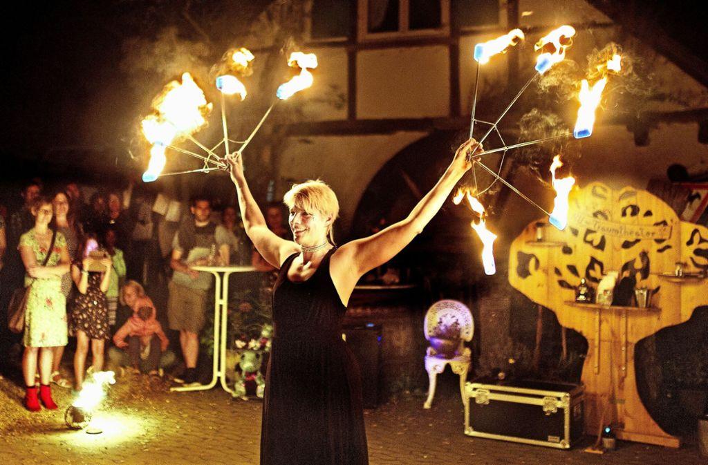 Vor der Kulisse der Adelberger Zachersmühle zeigt Dragana Drachentochter alias Larissa Dworzak vom Esslinger Nanu-Traumtheater ihre Jonglagekünste. Foto: