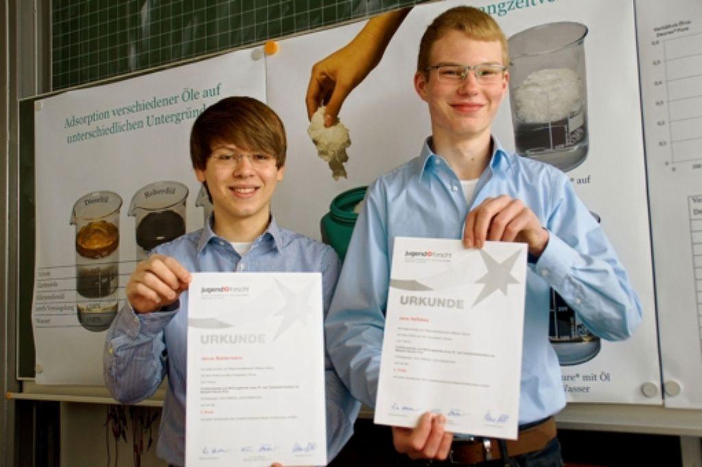 Janus Baldermann und Jens Hellekes (v.l.) haben die Wirkungsweise des Öl- und Chemikalienbinders Deurex Pure untersucht. Foto: Leonie Hemminger