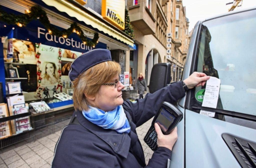 Den Kampf gegen Falschparker lässt die Stadt sich viel Geld kosten. Künftig verteilt eine eigene Eingreiftruppe Strafzettel. Foto: Michael Steinert